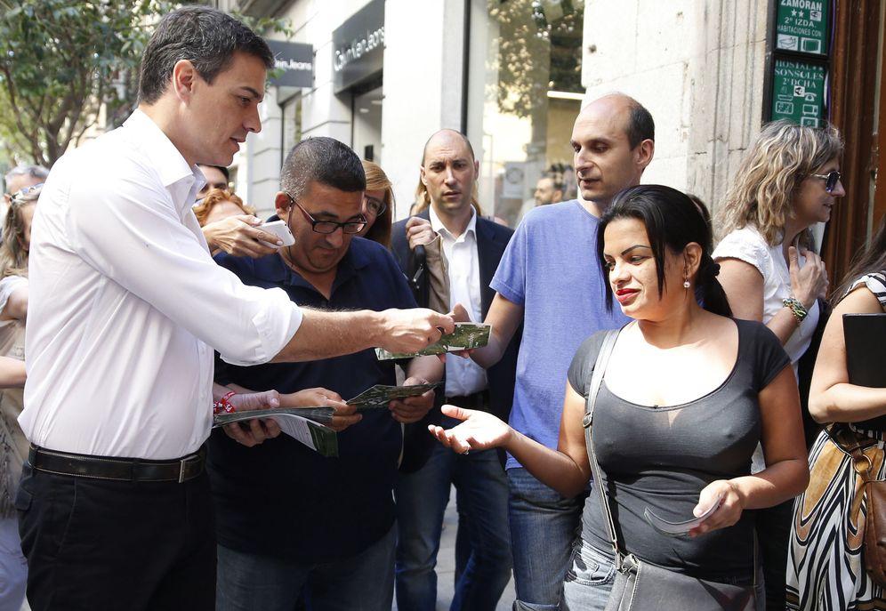 Foto: Pedro Sánchez, repartiendo propaganda electoral del PSOE en la calle de Fuencarral de Madrid, este 14 de junio. (EFE)