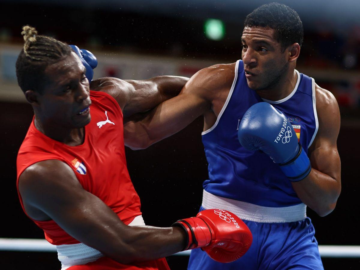 Foto: Enmanuel Reyes Pla golpea a Julio la Cruz en el combate de boxeo. (Efe)