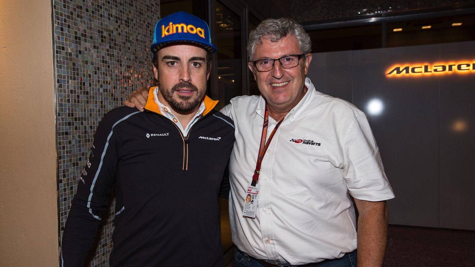 Foto: José María junto a Fernando Alonso.
