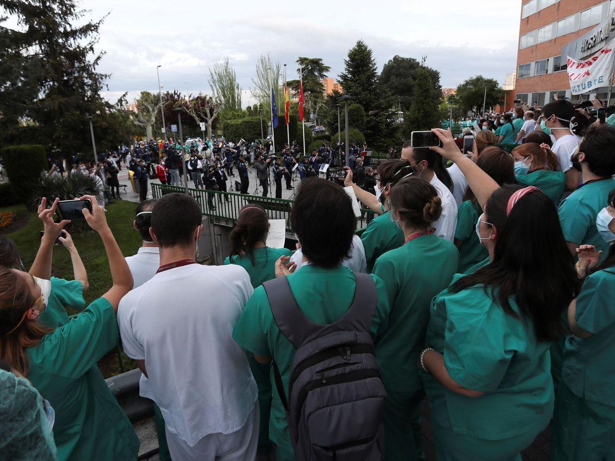Foto: Homenaje al personal sanitario del hospital 12 de octubre de Madrid. (EFE)