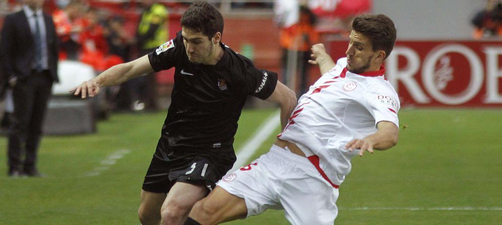 Foto: Jose Zaldúa trata de avanzar ante la oposición del portugués Carriço durante el Sevilla-Real Sociedad del pasado curso.