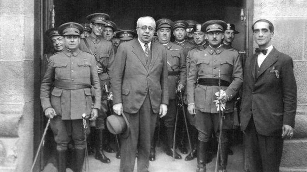Foto: Manuel Azaña, con un grupo de generales, entre ellos, a la derecha, Francisco Franco.