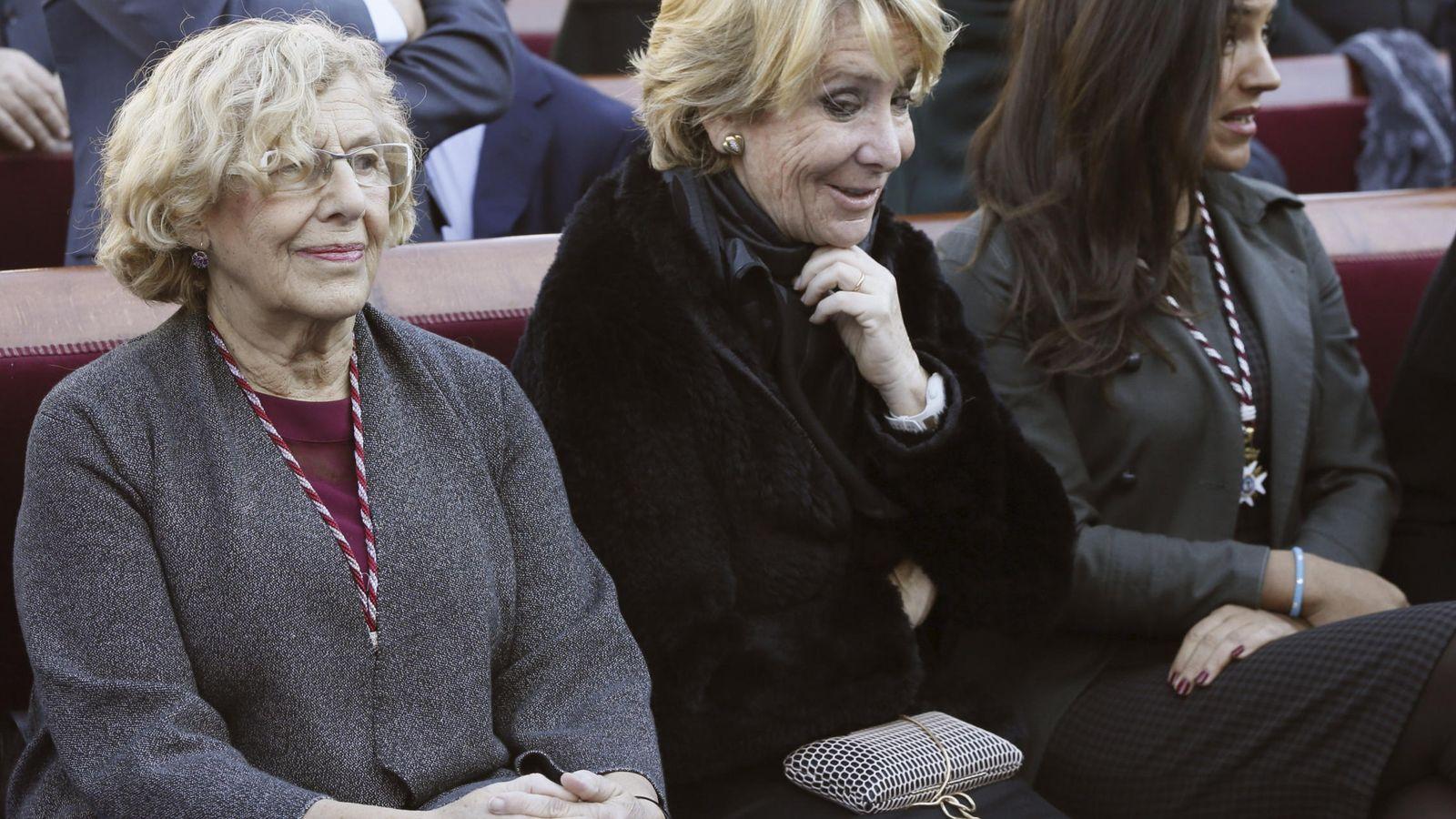 Foto: La alcaldesa de Madrid, Manuela Carmena (i), junto a la portavoz popular en el Ayuntamiento, Esperanza Aguirre (c). (EFE)