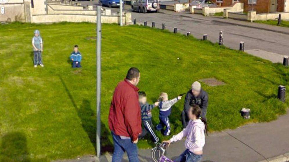 Foto: Un niño apunta a un adulto con lo que parece ser una pistola. (Google Street View)