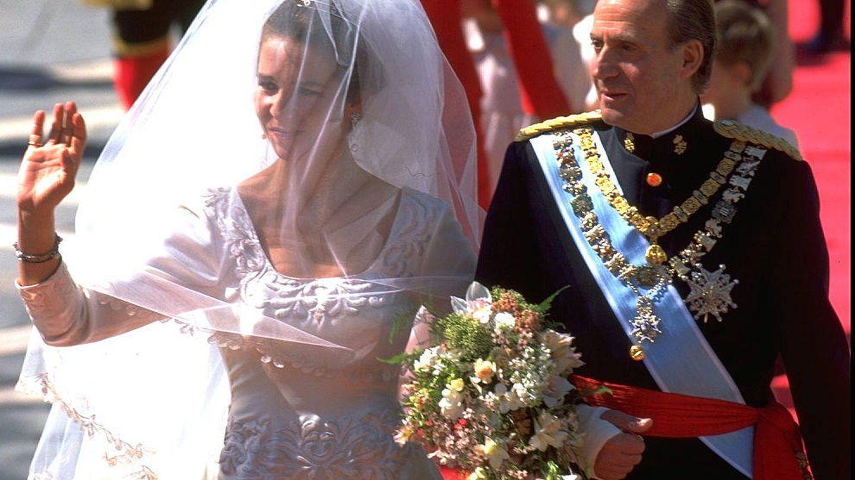 La infanta Elena y el rey Juan Carlos I, a su llegada a la catedral de Sevilla. (Getty)