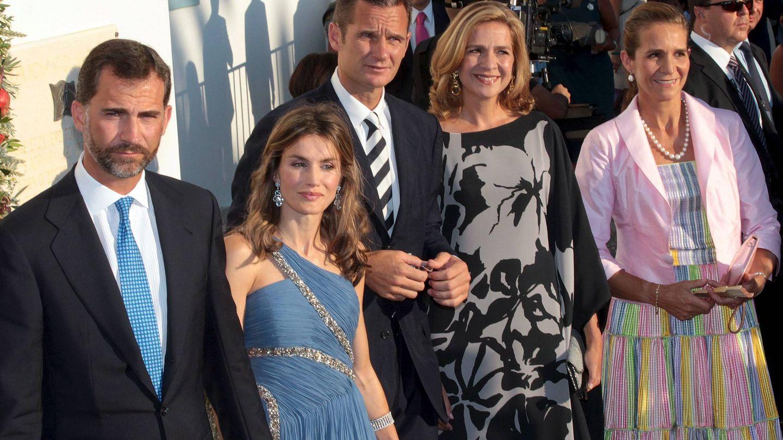 Felipe y Letizia, junto a la infanta Elena, la infanta Cristina e Iñaki Urdangarin en la boda de Nicolás y Tatiana de Grecia. (EFE)