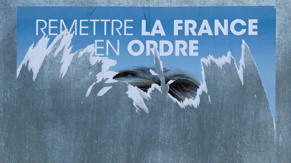Foto: Un cartel electoral del Frente Nacional arrancado en Tulle, Francia. (Reuters)