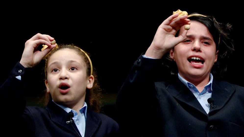 Foto: Las dos niñas que han cantado el Gordo de este año. (Reuters)