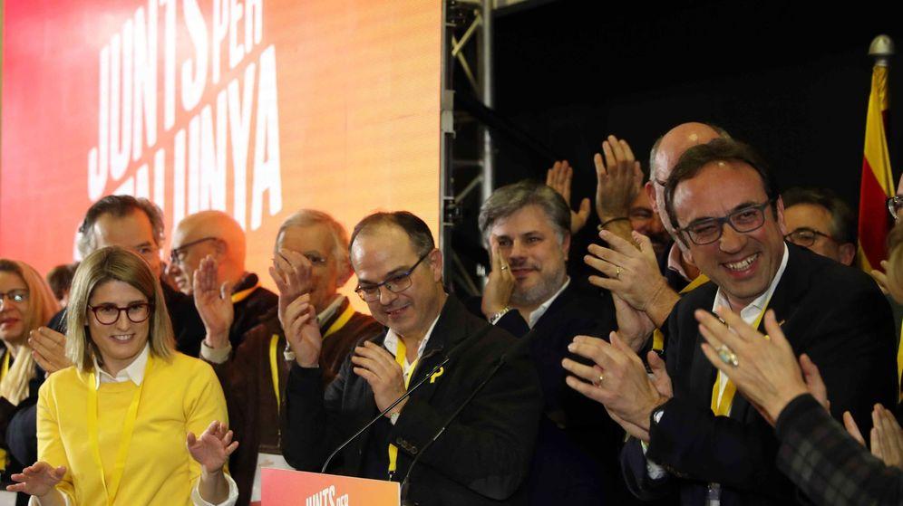 Foto: El 'exconseller' y número cuatro de JxCAT, Jordi Turull (c), y la directora de la campaña, Elsa Artadi (i), en la noche electoral. (EFE)