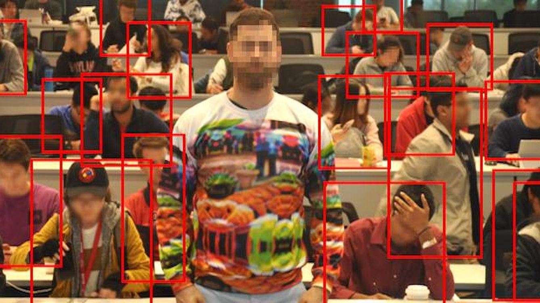 Invisible entre la multitud: la chaqueta que te oculta de los algoritmos de vigilancia