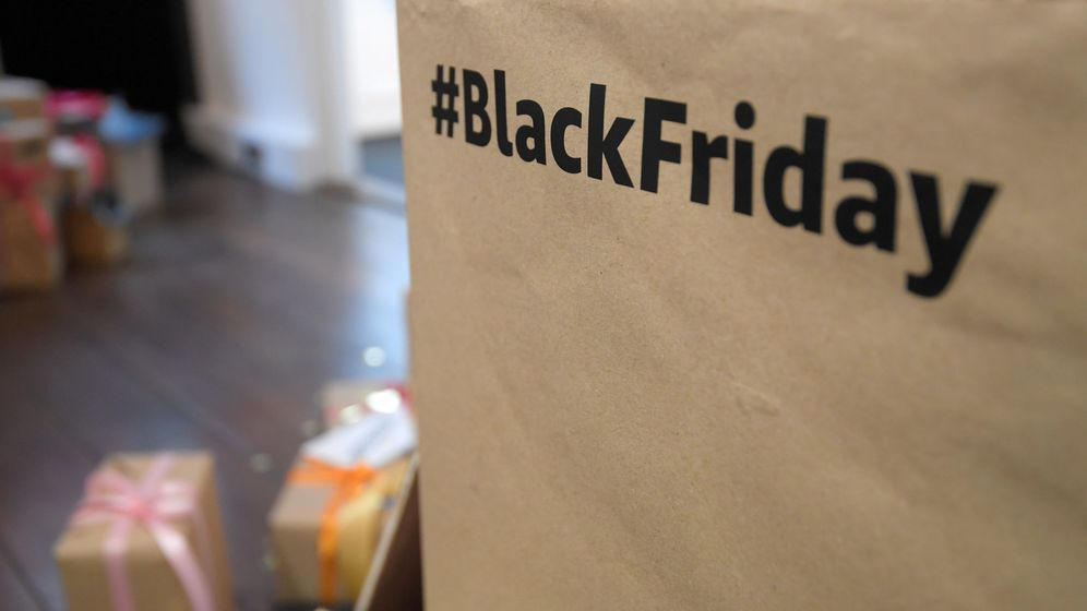 Foto: Un 'hashtag' de Black Friday en una de las cajas de Amazon (Toby Melville / Reuters)