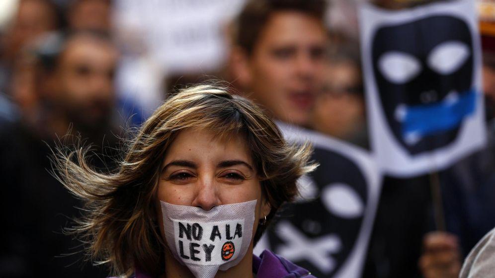 Foto: Una mujer se manifiesta contra la Ley Mordaza en Madrid. (Reuters)