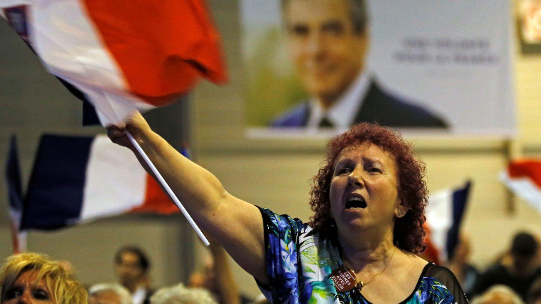 Una simpatizante de Fillon agita una bandera francesa durante un mitin de campaña, en Marsella. (Reuters)