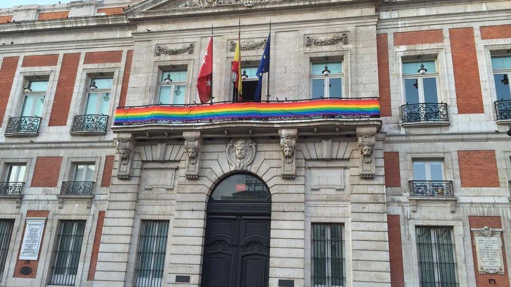 Foto: La bandera arcoíris en la Real Casa de Correos. (Foto: @ccifuentes)