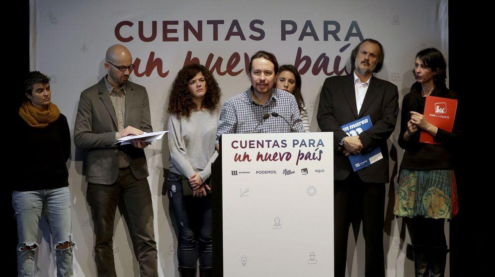 Foto: Pablo Iglesias, con los portavoces del grupo confederal y las confluencias, durante la presentación de los presupuestos alternativos de Podemos. (EFE)