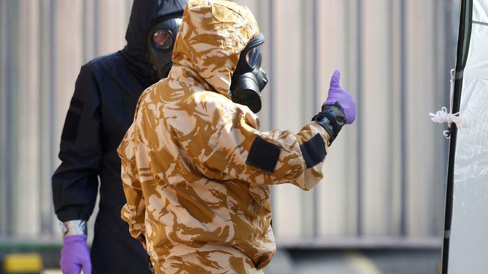Foto: Investigadores, en la zona en que la mujer se expuso al agente nervioso. (Reuters)