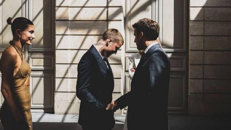 Hailey y Justin Bieber conocen a los Macron con looks dignos de premios Grammy