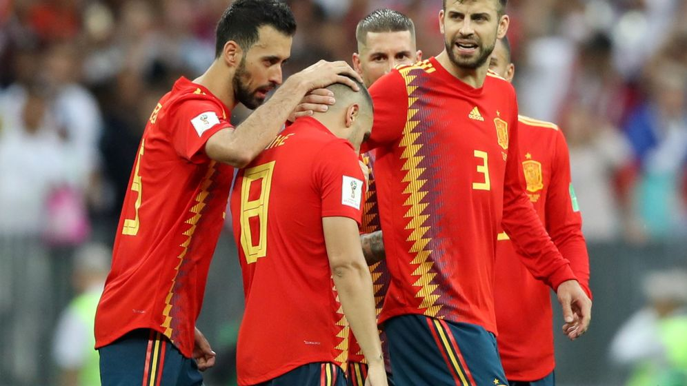 Foto: Koke siendo consolado por sus compañeros Piqué y Busquets. (EFE)