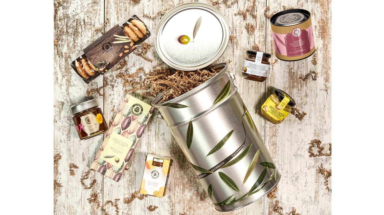 Foto: Todas las propuestas de La Chinata se presentan en un original recipiente de latón decorado con hojas de olivo que puede reutilizarse como macetero, mesa, papelera o recipiente de almacenaje.