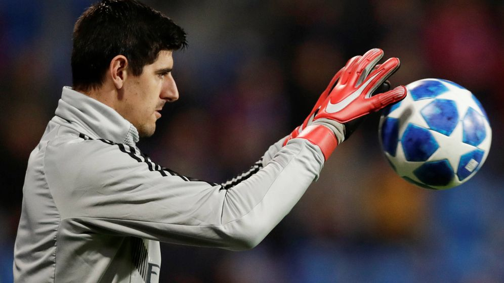 Foto: Thibaut Courtois calienta antes del Viktoria Plzen-Real Madrid de Champions. (Reuters)