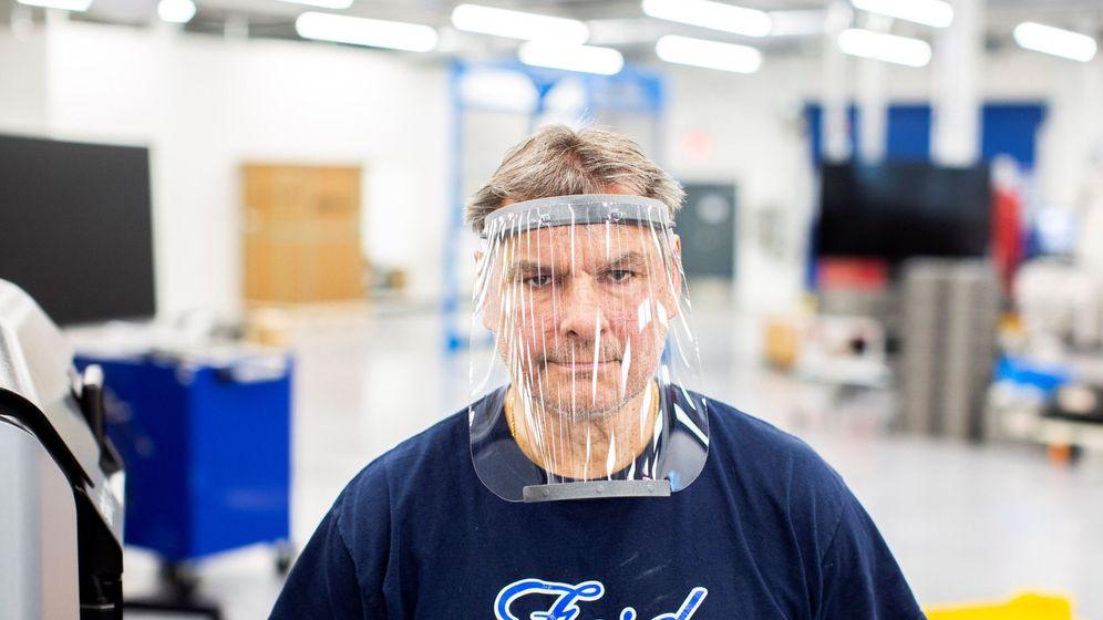 Foto: Un operario de Ford en EEUU prueba una pantalla protectora. (EFE)