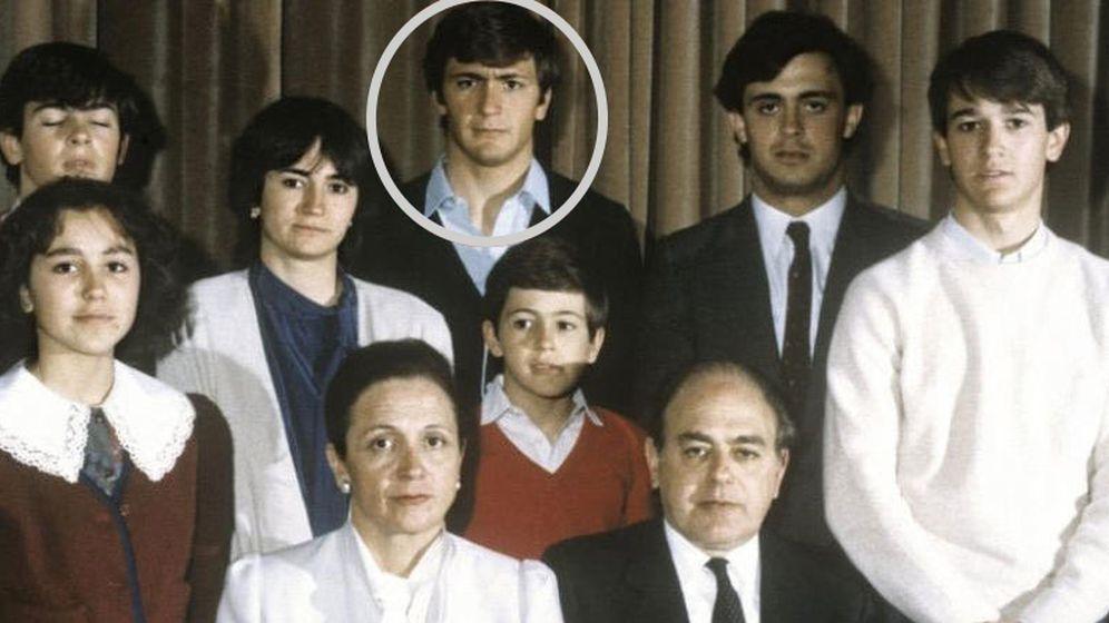 Foto: Josep Pujol Ferrusola, destacado por un círculo gris, con el resto de la familia Pujol. (EFE)