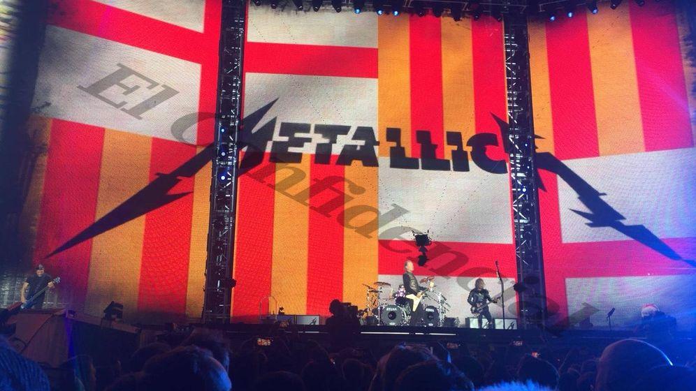 Foto: La bandera que desplegó Metallica sobre el escenario. (El Confidencial)