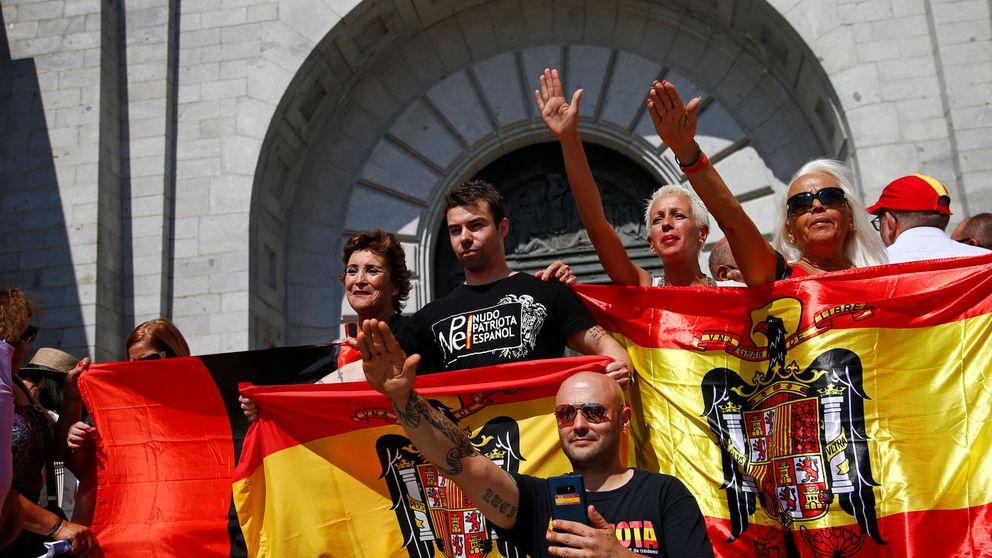 Banderas preconstitucionales y manos alzadas: así ha sido la protesta en el Valle de los Caídos