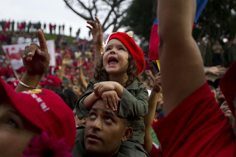 Foto: Simpatizantes de Hugo Chávez aclaman al difunto presidente ante el Palacio de Miraflores, en Caracas, el 13 de abril de 2013. (Reuters)