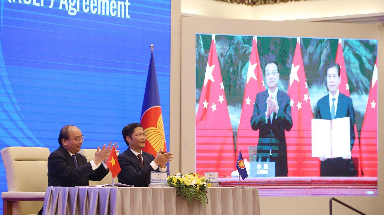 Representantes de China y Vietnam aplauden tras la firma del acuerdo. (EFE)