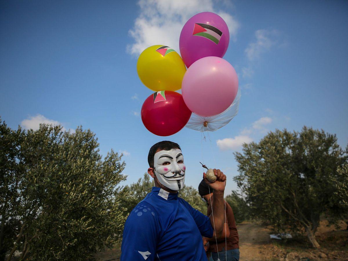 Foto: Preparación de globos incendiarios en el sur de Gaza (EFE)