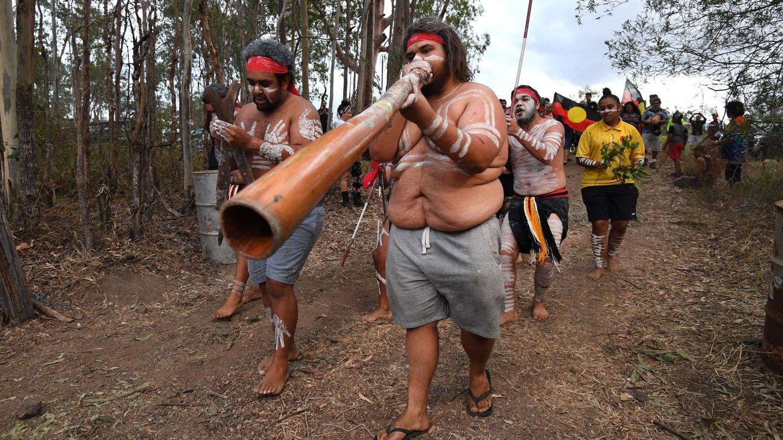 Varios aborígenes australianos protestan contra las construcciones cercanas al área en la que viven. (EFE)