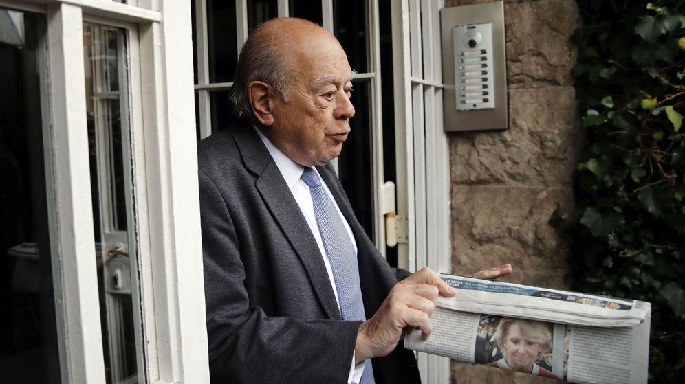 Foto: El expresidente de la Generalitat Jordi Pujol sale de su domicilio después de los registros que la UDEF de la Policía Nacional realizó en viviendas y despachos de la familia. (EFE)