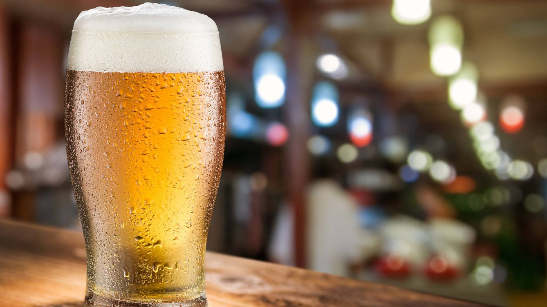Foto: Una cerveza en la barra. (iStock)