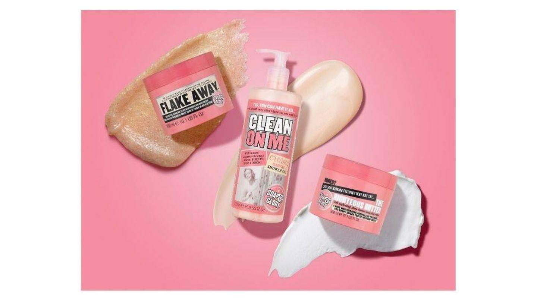 Exfoliante corporal Flake Away (8,99 €), gel de ducha Clean on Me (6,99 €) y manteca corporal The Righteous Butter (9,99 €). Todo de Soap & Glory.