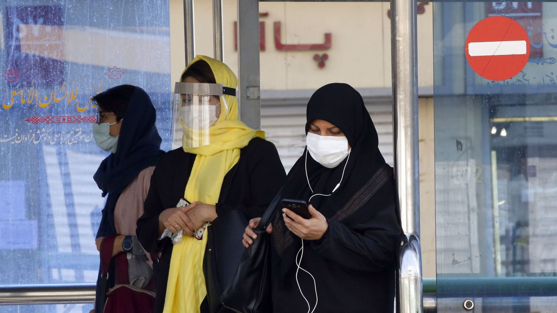 Mujeres paseando por la calle en Teherán. (Reuters)