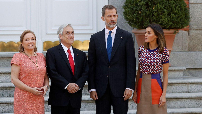 Los Reyes, con el matrimonio Piñera. (EFE)