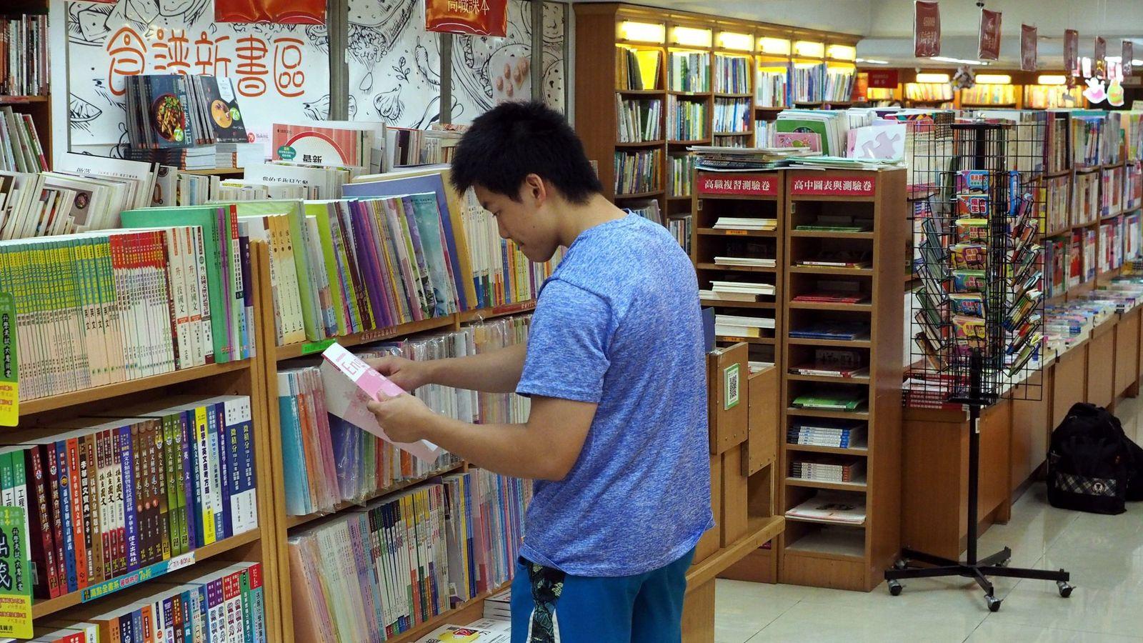 Foto: Un estudiante en una librería china. (EFE)