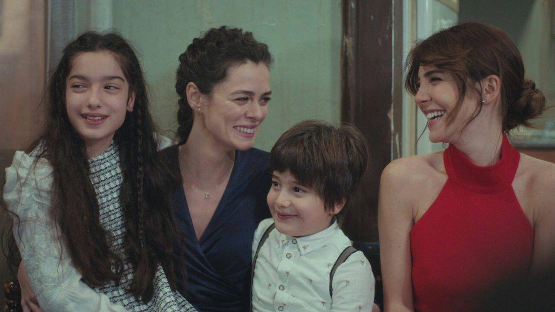 Bahar, con sus hijos Nisan y Doruk, y su amiga Ceyda. (Atresmedia)