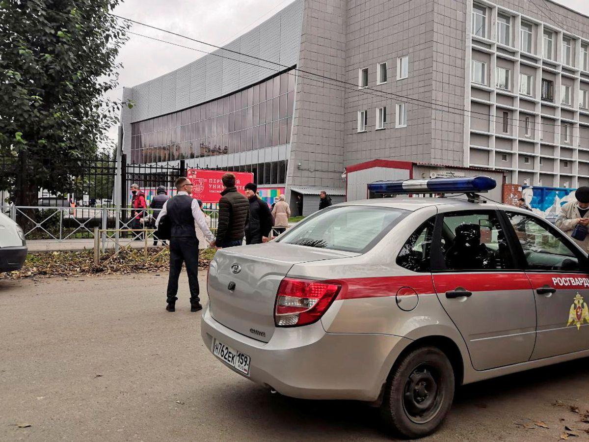 Foto: Policía en la Universidad de Perm. (Reuters)