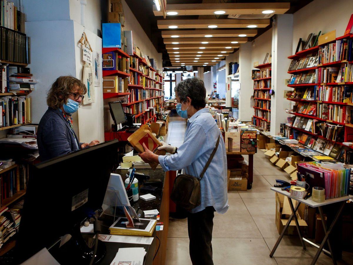 Foto:  El librero Eric del Arco (i), de la histórica librería Documenta de Barcelona (EFE)