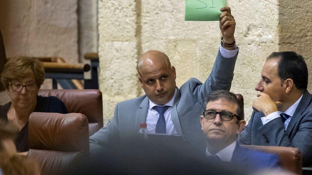 Foto: El diputado de Vox Rodrigo Alonso indica a sus compañeros el sentido del voto en el Parlamento de Andalucía en Sevilla. (EFE)