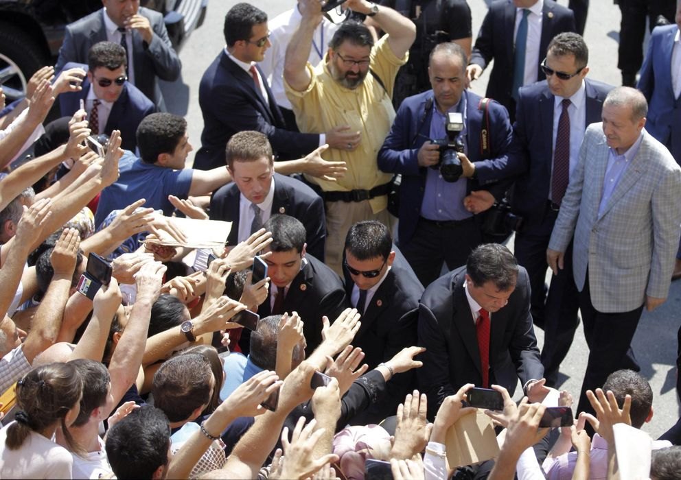 Foto: Erdogan, después de depositar su voto. (Reuters)