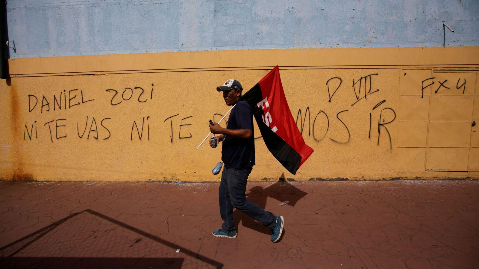 Foto: Un partidario de Daniel Ortega se dirige a una celebración del 39º aniversario de la Revolución Sandinista en Managua, el 19 de julio de 2018. (Reuters)