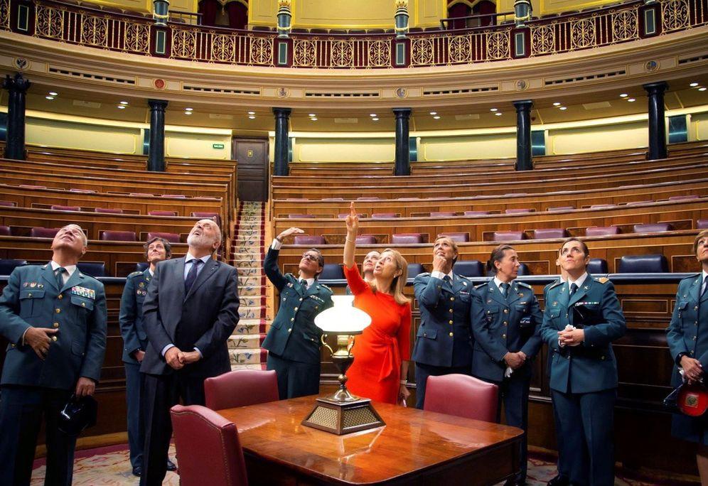 Foto: La presidenta del Congreso, Ana Pastor, muestra los disparos del 23-F a un grupo de guardias civiles. (EFE)