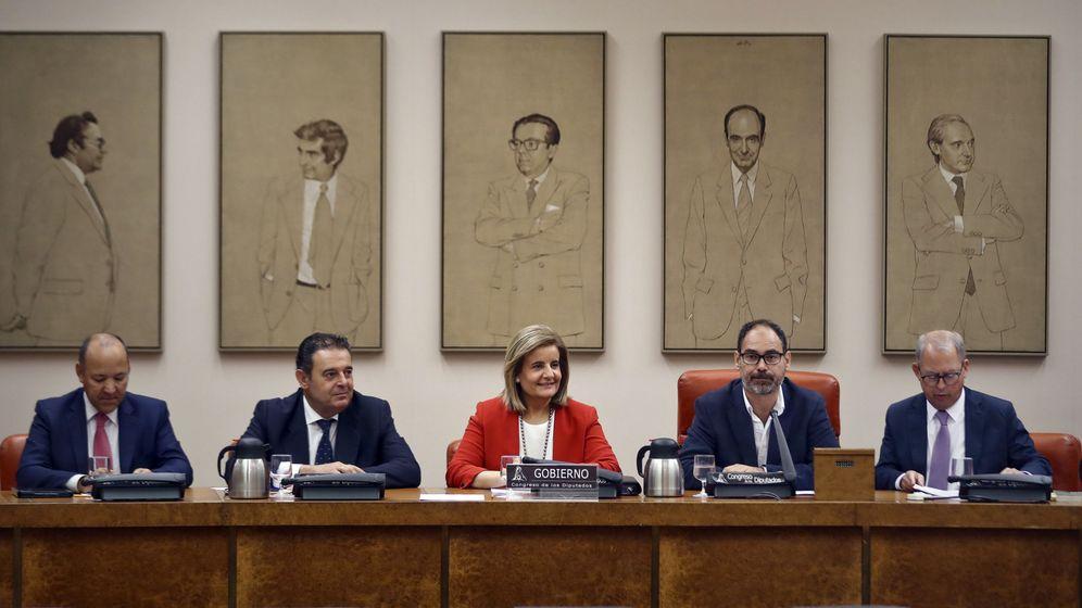 Foto: La ministra de Empleo, Fátima Báñez (c), durante su comparecencia en el Congreso para informar de las previsiones del Gobierno para hacer efectiva la prórroga del Plan Prepara. (EFE)
