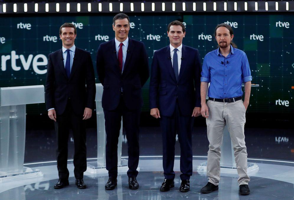 Foto: Los candidatos posan antes del inicio del debate electoral. (Reuters)
