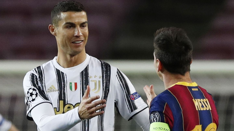 Cristiano Ronaldo y Messi se saludan en un Barça-Juventus de 2020. (Reuters)