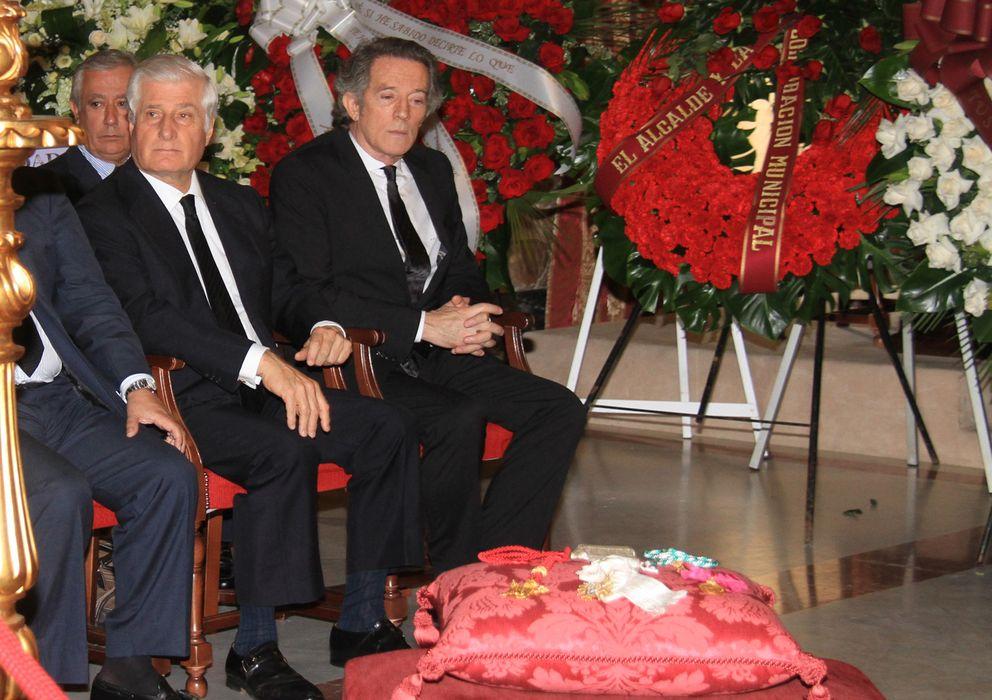 Foto: Alfonso Díez y el duque de Huéscar, en la capilla ardiente (Gtres)