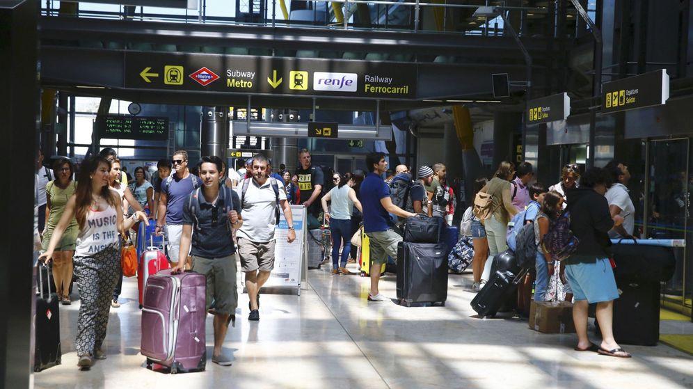 Foto: Tráfico de pasajeros en el aeropuerto de Barajas de Madrid. (Efe)